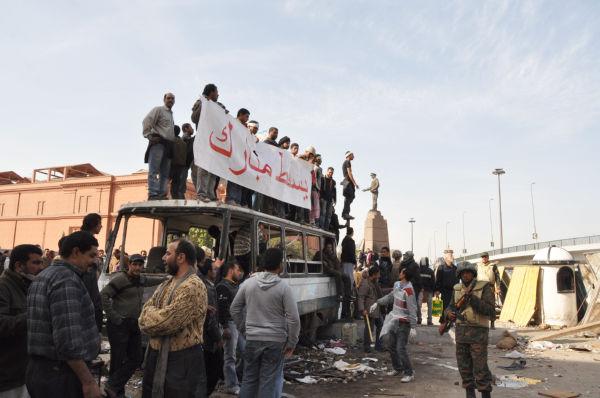 ムバラク支持派を挑発する打倒派の人々(4日、タハリール広場。写真:筆者撮影)