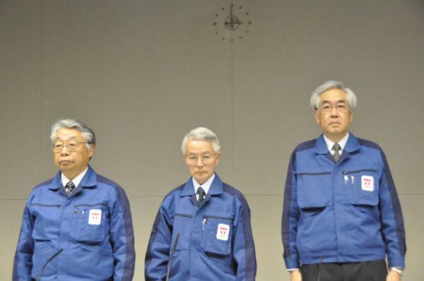 「隠し砦の三悪人」とでも呼びたくなるスリーショットだ。3人とも上手にウソをつく。左から藤本副社長、勝俣会長、武藤副社長。(30日午後、東京電力本店。写真:筆者撮影)