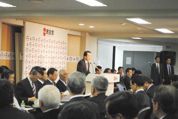 選挙対策で悲鳴をあげる都道府県連の幹事長らを前に伸子夫人の自慢話をする菅首相。(5日午後、民主党本部。写真:筆者撮影)