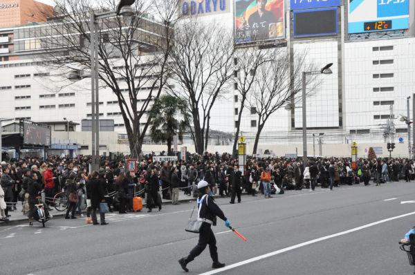 新宿駅東口。夥しい数の人々がアルタ大画面の地震速報に見入った。(11日、新宿アルタ前。写真:筆者撮影)