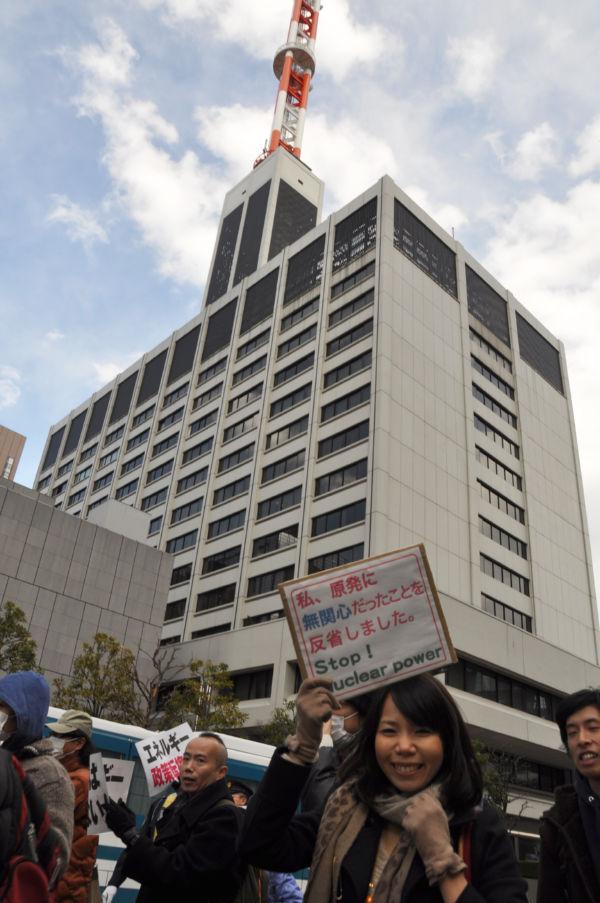 女性は「『原発は安心』とメディアに刷り込まれていた」と悔しがった。後ろは東電本社ビル。(27日、千代田区内幸町。写真:筆者撮影)