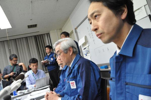 予断を許さない福島原発の厳しい状況に技術者(手前)の目つきは険しくなる。隣は武藤副社長。(22日夕、東京電力本店。写真:筆者撮影)