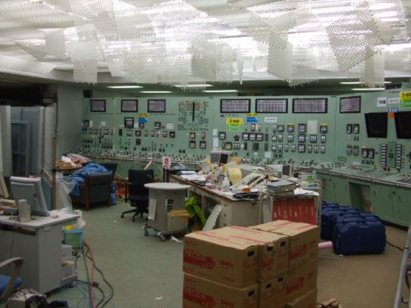 制御不能になった制御室。はがれ落ちそうな天井の金網が地震の激しさを物語る。(24日午後1時、1号機中央制御室。写真提供:東京電力)
