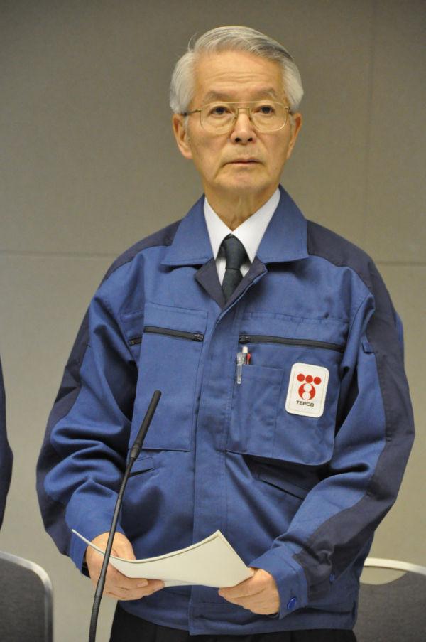 記者会見する勝俣会長。筆者の質問に「マスコミOBを連れての中国旅行は旅費の大部分を東電が持った」と答えた。(30日午後、東京電力本店。写真:筆者撮影)
