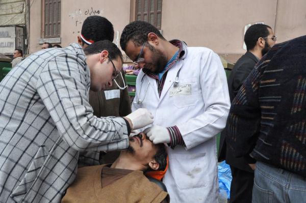 皆様に行かして頂いた「エジプト市民革命」の写真です。ムバラク支持派の攻撃で負傷した反ムバラク派市民の治療をする医学生。この夜、ムバラク大統領が辞任しました。(2月11日、タハリール広場。田中撮影)。