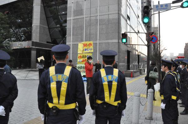 「原発反対」を訴える活動家。警察官の方がはるかに多い。警備の厳重さを物語る。(20日、東京電力本店前。写真:筆者撮影)