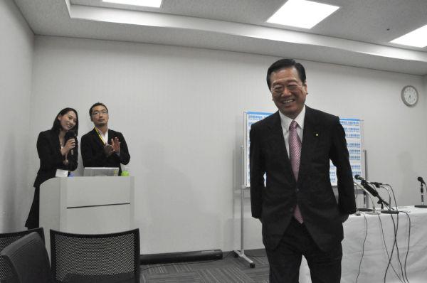 久々に記者会見した小沢元代表。自由報道協会慣例の拍手に送られて会場を後にした。(3日、東京・千代田区。写真:筆者撮影)。