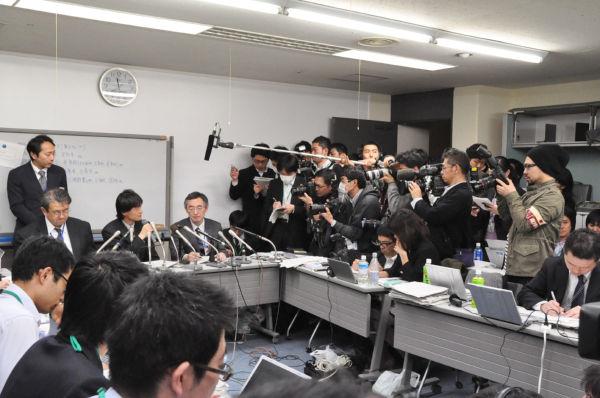 記者団に詰問される東電・広報担当者=正面=。(15日、東京電力本店。写真:筆者撮影)