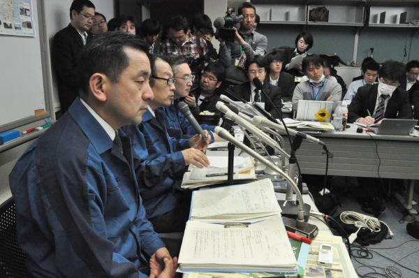 記者団に連日詰問され疲れ切った様子の広報担当者。(16日、東京電力本店。写真:筆者撮影)。