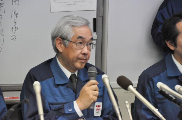 記者会見する武藤栄副社長。ノラリクラリと記者の質問をかわす。(22日夜、東京電力本店。写真:筆者撮影)