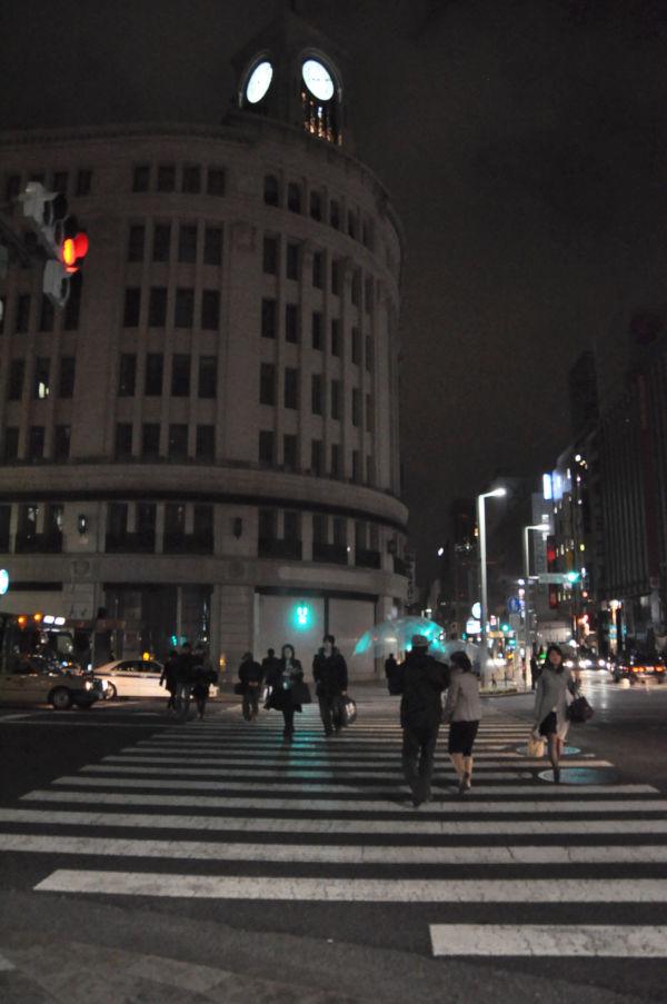 ネオンが消え人通りもまばらな銀座4丁目交差点。(25日夜8時、写真:筆者撮影)