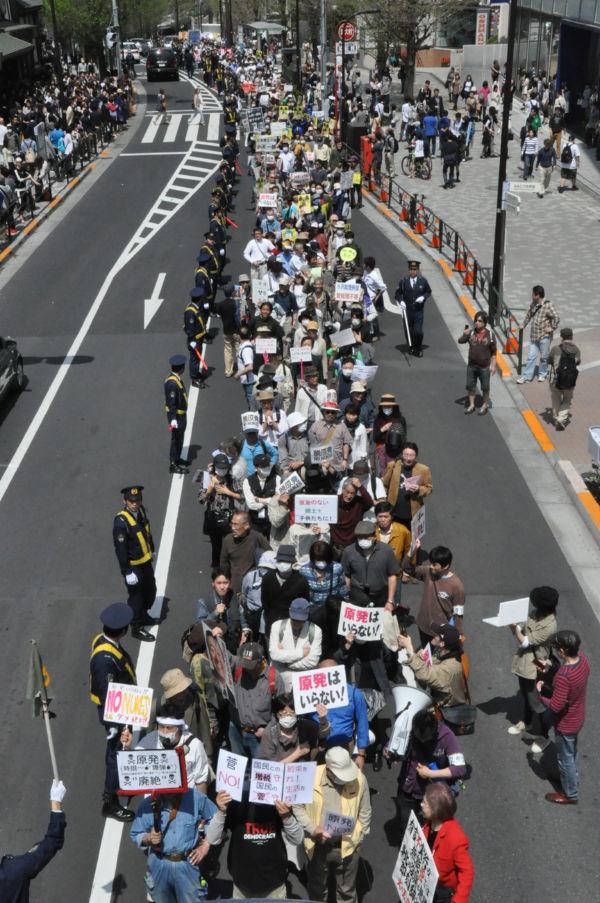「原発反対」と「菅退陣」を求めるデモ隊は長蛇の列となった。500~600人が参加した。(16日、原宿駅前:筆者撮影)