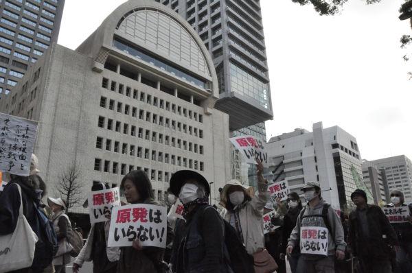 日本プレスセンター前を通るデモ隊。ここには中部電力・東京支社が入居する。(10日、東京・内幸町:筆者撮影)