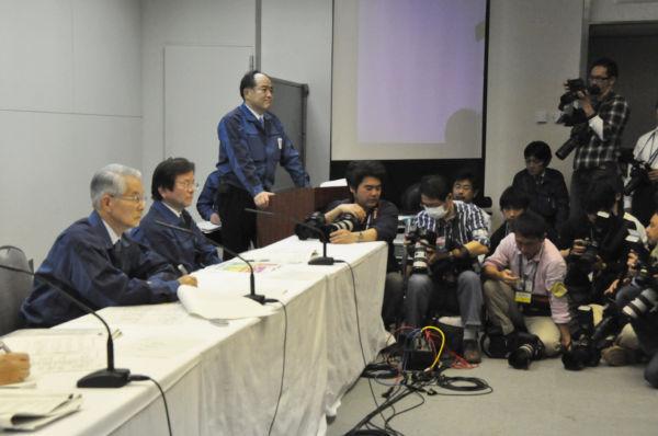 勝俣会長・記者会見。フリーランス記者の質問はすぐに打ち切られる一方で特定の大新聞社が質問を繰り返した。 (17日、東京電力本店。写真:筆者撮影)