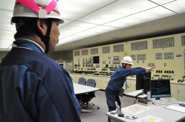 訓練用・中央制御室。電源喪失を想定したはずにもかかわらず、すぐに非常用電灯が点いた(11日、柏崎刈羽原子力発電所。写真:筆者撮影)