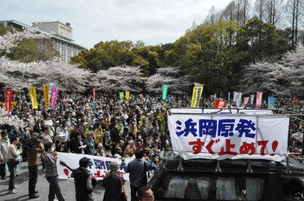 原発反対を訴える1千人余りの市民がデモに向けて参集した。(10日、東京・芝公園。写真:筆者撮影)