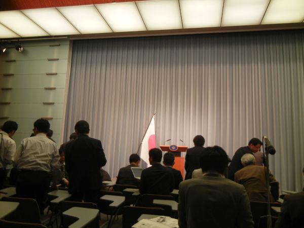 首相官邸・記者会見室。会見中、記者席からの写真撮影はご法度のため終了して撮影した(18日、筆者撮影)