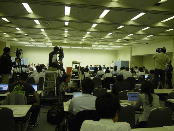 合同記者会見の開始当初は立錐の余地もないほどだったが、今はガラ空きのカメラマンスペース。(6日夕、東京電力本店。写真:筆者撮影)