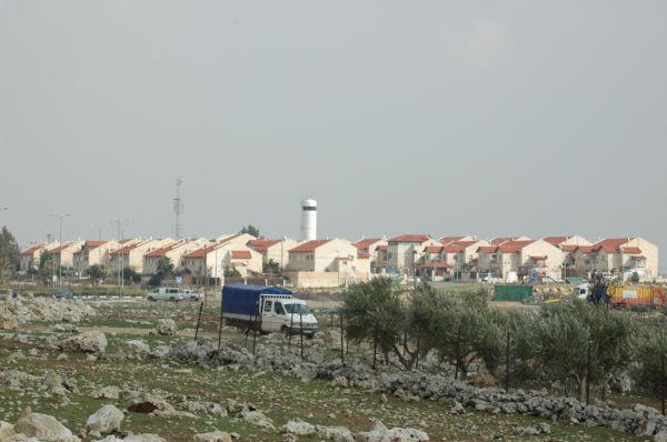 西岸のユダヤ人入植地。赤い屋根とクリーム色の壁が特徴だ。(撮影:筆者)