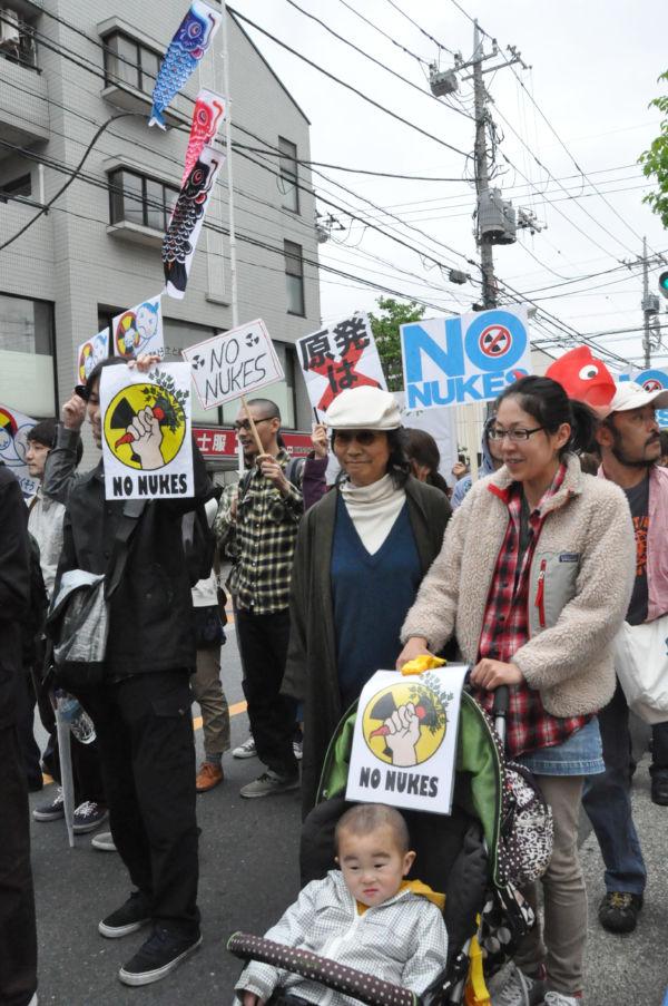 乳母車を押す母親は東京都の浄水場から基準値を上回るヨウ素が検出された時「(安全な)飲料水を求めて駆けずり回った」。(5日、世田谷。写真:筆者撮影)