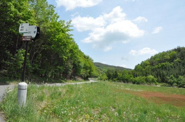 飯舘村曲田地区。 土壌からチェルノブイリ原発事故の強制移住区域を上回る線量のセシウムが検出された。(25日、写真:筆者撮影)