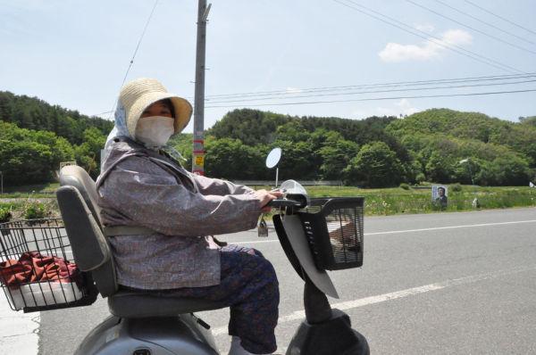 女性は「不安だあ、眠れねえ」と言った。(25日、飯舘村長泥地区で。写真:筆者撮影)