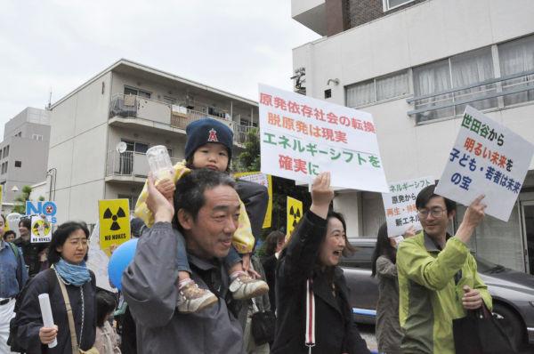 福島原発1号機が爆発した直後、夫婦は子供(肩車)を連れて三重県に避難した。(5日、世田谷。写真:筆者撮影)