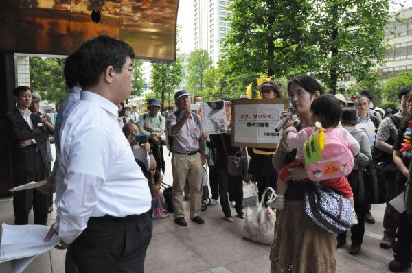 「子供が安心できる未来を」、加藤総務課長(左)に訴える女性は都内在住だ。(14日、中部電力・東京支社前。 写真:筆者撮影)