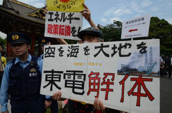 株主総会会場前は「東電批判」「自然エネルギーへの転換」などのプラカードが目だった。(28日、港区芝。写真:筆者撮影)