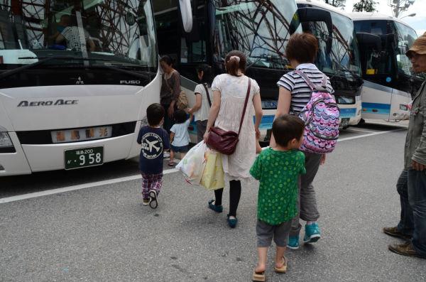 健康相談会を終え帰りのバスに乗り込む母親と子供たち。足どりは重かった。(写真:筆者撮影)