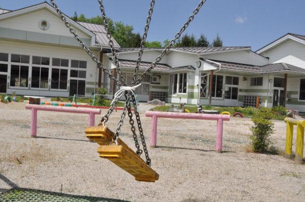 ブランコの上には放射性物質が降り積もる。子供が間違っても使わないようにヒモで括られている。(5月25日、飯舘村・草野幼稚園。 写真:筆者撮影)