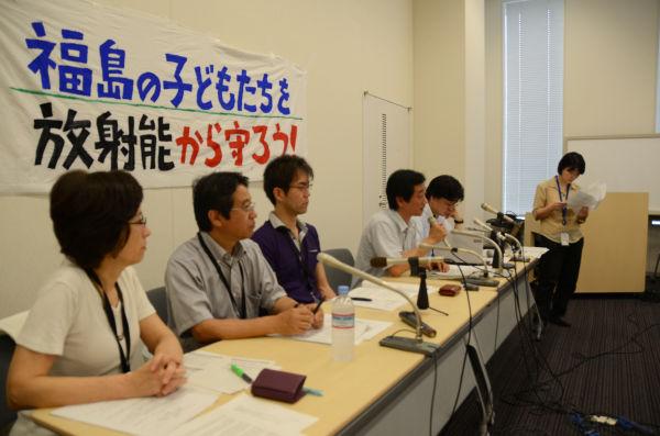 「山下教授の解任を求める県民署名」の記者会見。マイクを握っているのが中手聖一代表。(21日、参院会館。写真:筆者撮影)