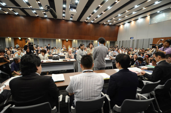 子供たちの避難支援を求める菅首相あての要望書を提出する母親たち。(写真:筆者撮影)