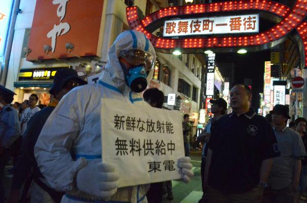 「防護服の作業員が歌舞伎町に現る・・・」、新宿で原発事故が起きたわけではない。(23日夜、新宿歌舞伎町。写真:筆者撮影)
