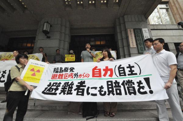 政府、東電の補償を求めて抗議の声を上げる福島からの自主避難者たち。(29日、文科省前。写真:筆者撮影)