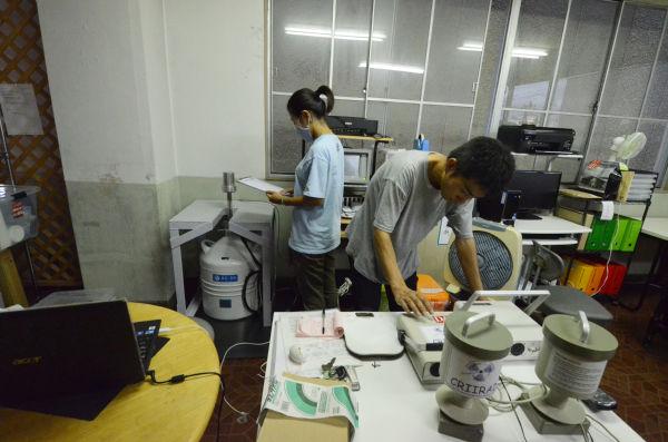 手前はベクレルモニター、奥がゲルマニウム半導体検出器。(市民放射能測定所=福島市新町。写真:筆者撮影)