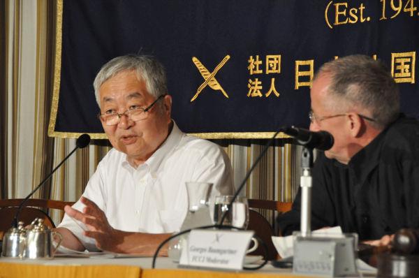原発事故調査検証委員会のトップに立つ畑村洋太郎・東大名誉教授=左。驚くほど能天気だった。(4日、日本外国特派員協会。写真:筆者撮影)