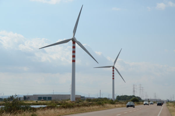 イタリア・サルデーニャ島の風力発電。はるかに風車が林立しているのが見える。(写真:筆者撮影)