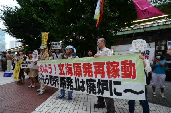 九電東京支社前で玄海原発の停止を求めた。(8日夕、JR有楽町駅前。写真:筆者撮影)