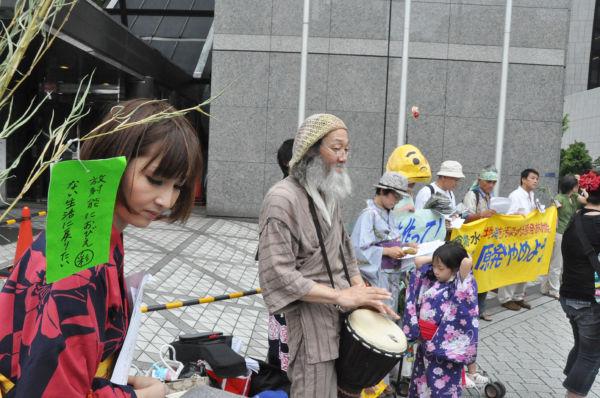 女性(左端)は日本で妊娠することの不安を切々と訴えた。「放射能におびえない生活に戻りたい」の短冊は女性たちの声を代弁しているようだ。(7日、東京電力前。写真:筆者撮影)