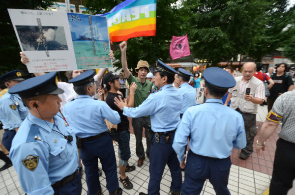 九電へのアピール活動を警察が力づくで阻止しようとしたため現場は一時騒然となった。(写真:筆者撮影)