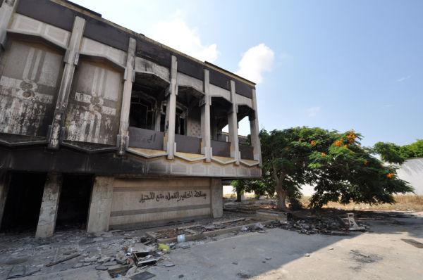 軍事施設とは不釣り合いな宿で、独裁者はうら若き愛人たちと夜を共にした。内部は焼き討ちで黒焦げだ。(政府軍ベンガジ基地。写真:筆者撮影)