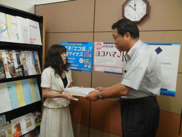 子供が内部被曝をしないように求める要望書を大場副市長に手渡す安田とし子代表。(筆者撮影)