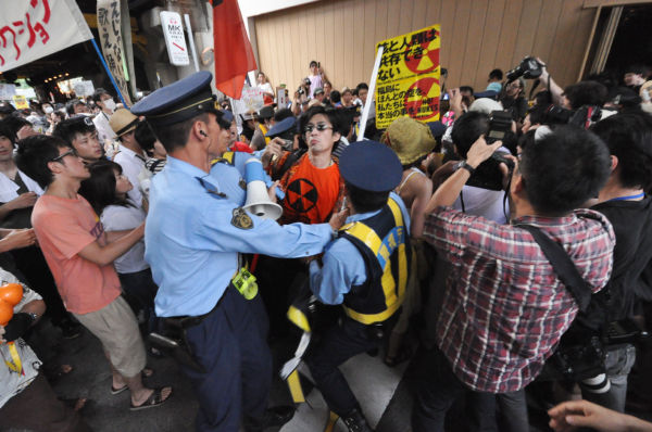 東電そばで警察隊と激しく揉みあうデモ参加者。(JR内幸町ガード下。 写真:筆者撮影)