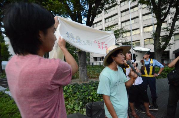 10日間のハンストに入る若者たち。原子力政策への怒りを表わした。(11日午後5時30分、経産省本館前)