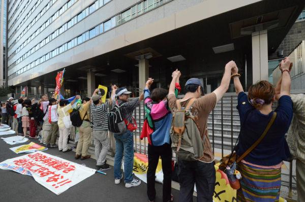 人間の鎖で経産省を包囲した市民。(11日午後、経産省別館前。写真:上下とも筆者撮影)