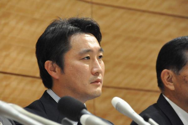 判決言い渡しは4時間にも及んだが、内容は検察以上に検察寄りだった。疲れ切った表情の石川議員。(26日夕、衆院会館。写真:筆者撮影)