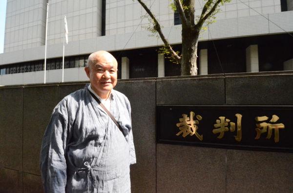 入廷する前川宗廣さん。敗訴を覚悟しながらも次の戦いに闘志をたぎらせていた。(29日、東京地裁前。写真:筆者撮影)