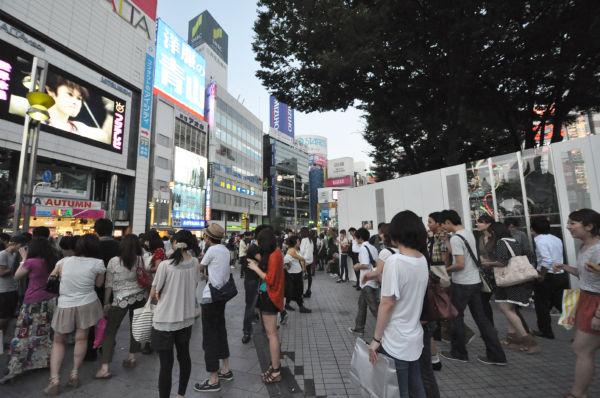 アルタ前広場。中心部の盛り土部分が白い鉄板で囲い込まれているため狭くなっている。(10日夕、新宿東口。写真:筆者撮影)