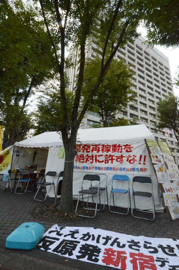 巨大な経産省ビルに今にも押し潰されそうなテント。「原発を止めなくては」と願う人々の意志が支える。(霞が関。写真:筆者撮影)